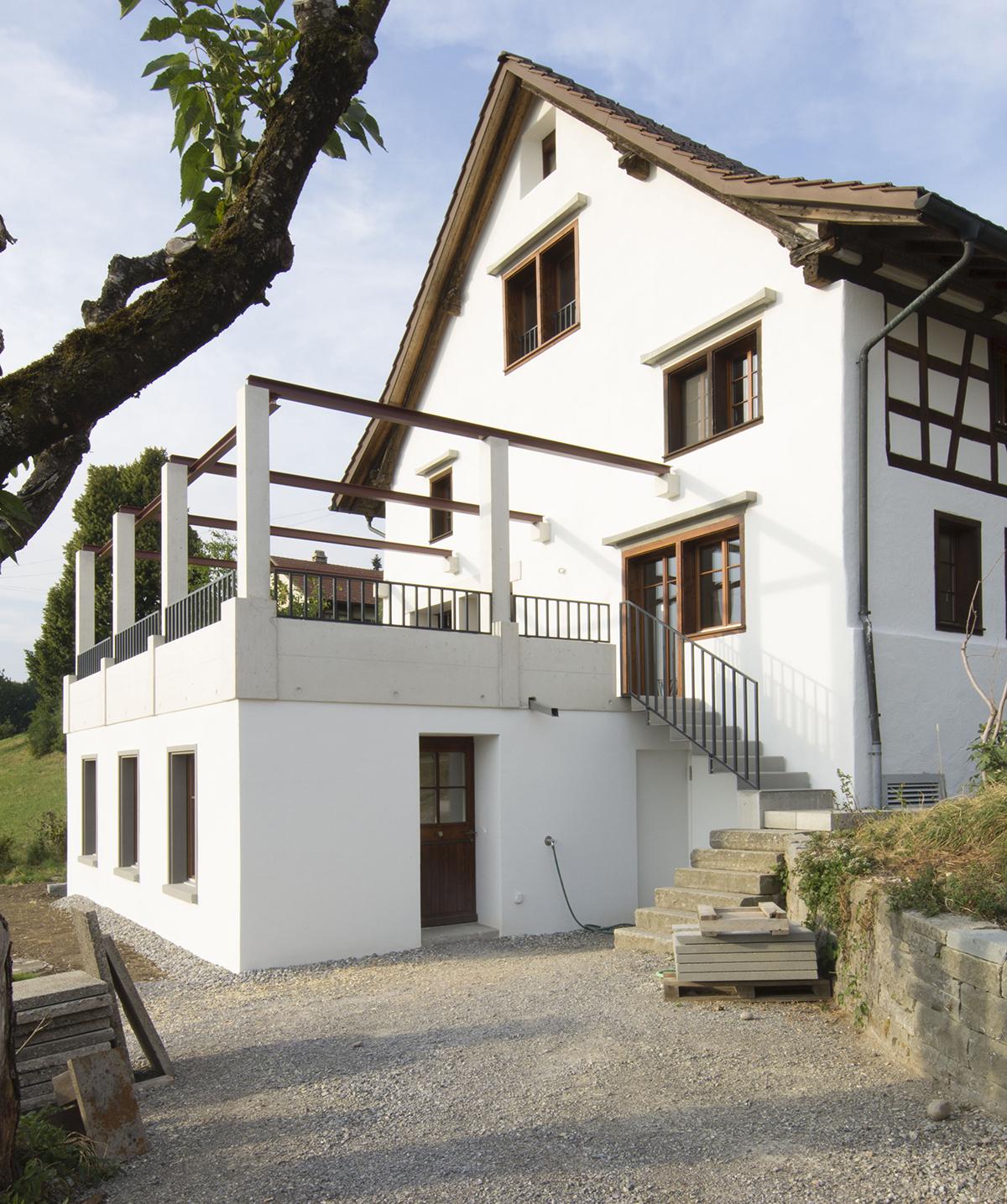 Blick von Süden auf das Haus mit neuer Pergola