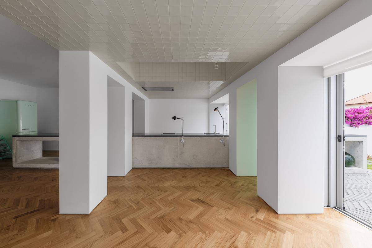 Verbindendes Element der Zonen bildet das betonierte Küchenmöbel.