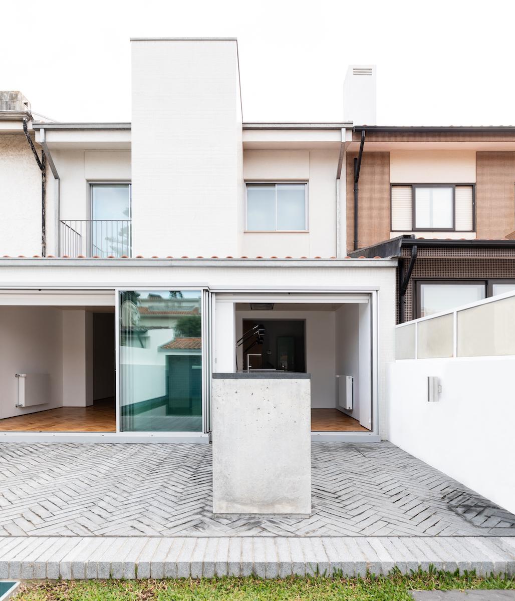 Die kolossalen Schiebefenster verbinden Haus und Garten optisch und praktisch.