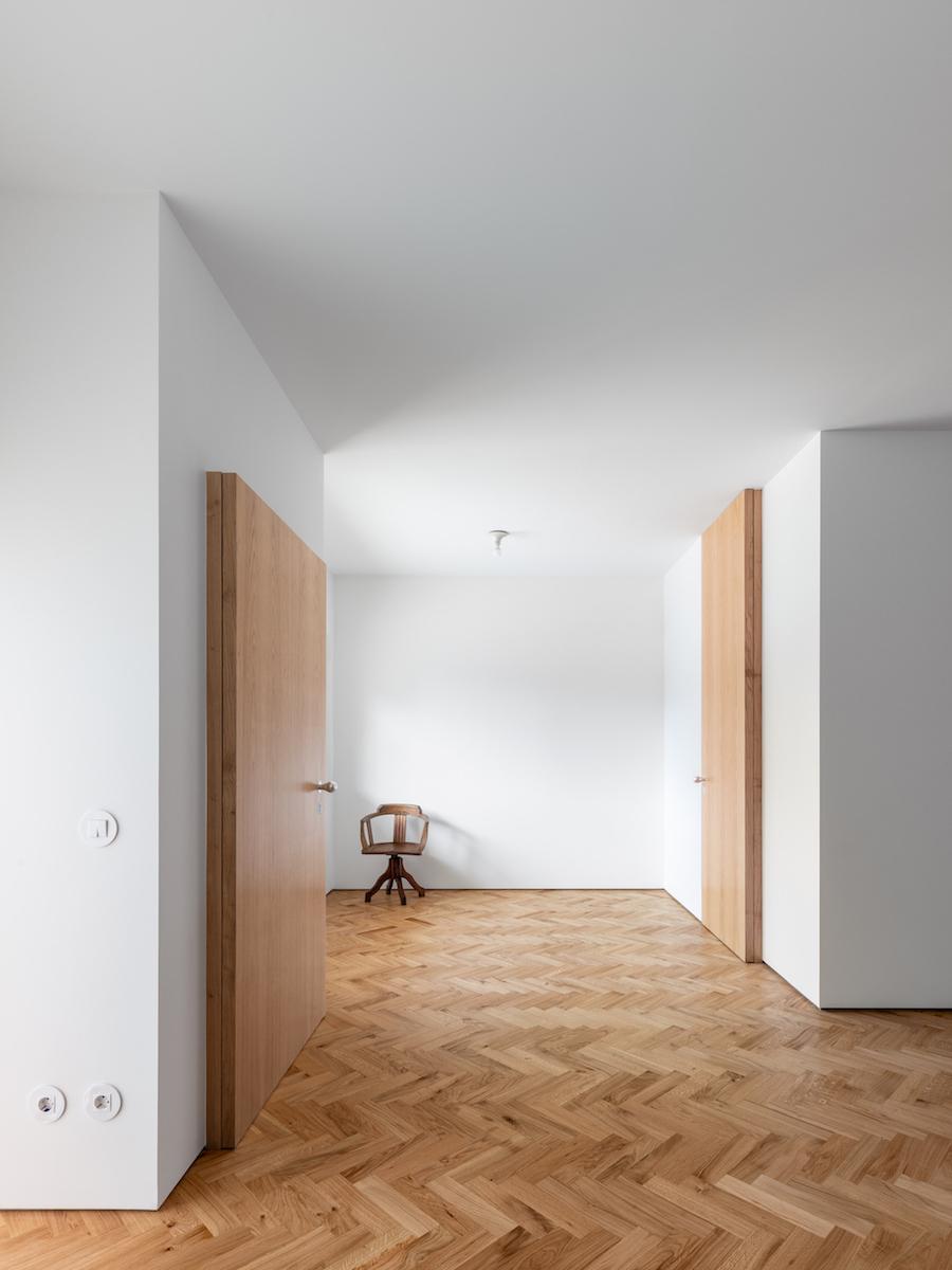 Die Bereiche im Obergeschoss sind wiederum durch Raumkörper strukturiert.