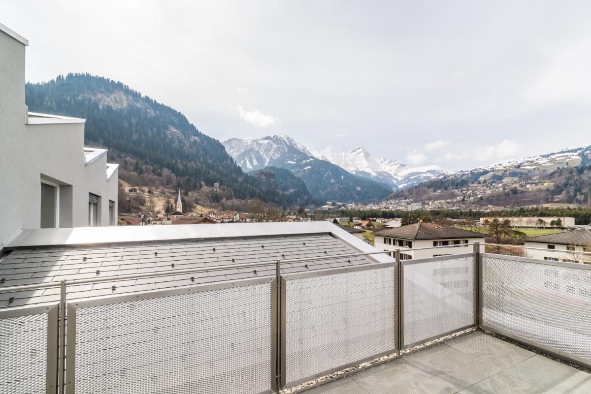 Terrasse mit Aussicht nach Thusis und auf den Beverin.