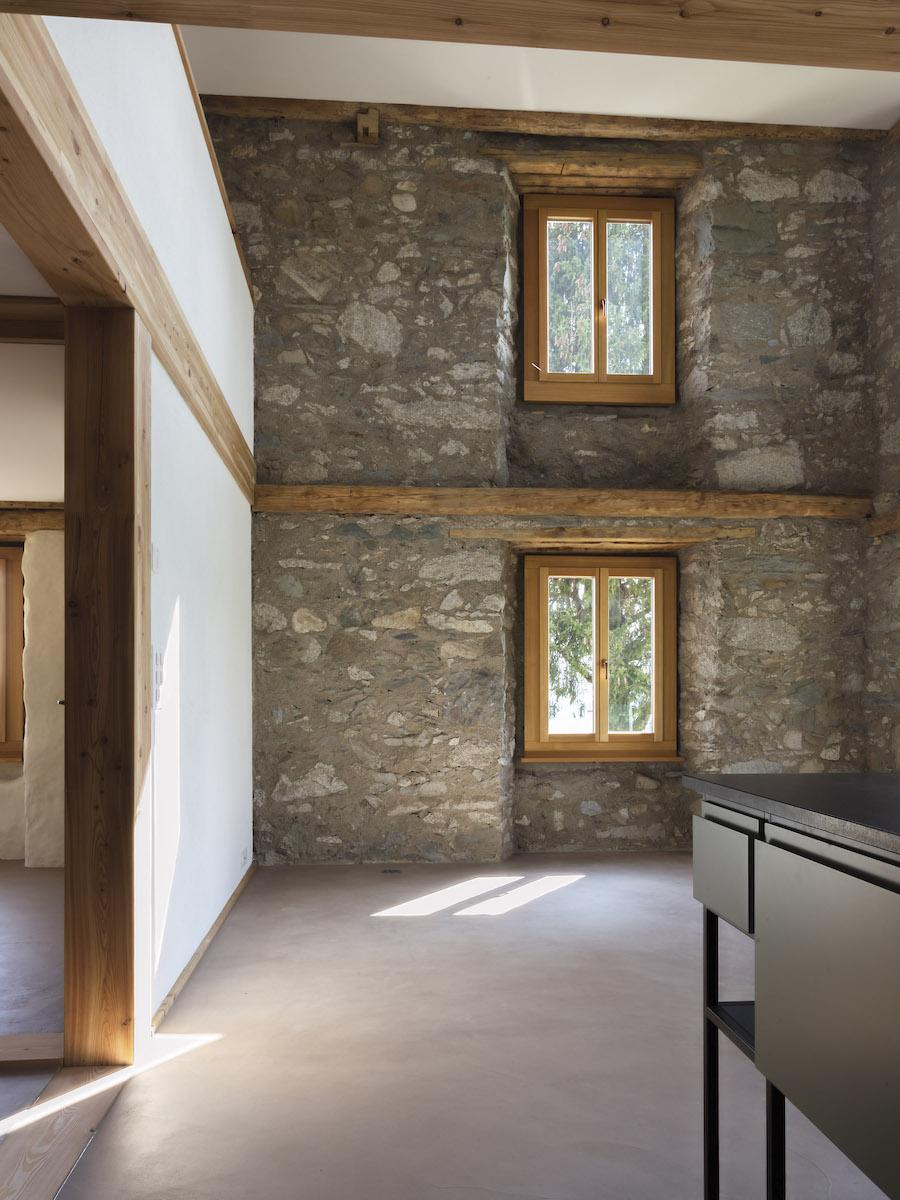 Fassaden und Fensterraster bleiben erhalten und verleihen dem Bau Geschichte und Massstab.