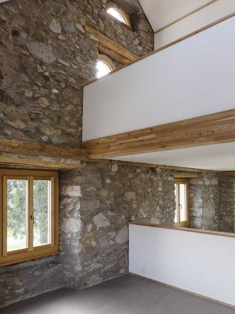 Neue weisse Wandflächen setzen einen starken Kontrast zum alten Mauerwerk mit seiner Patina.