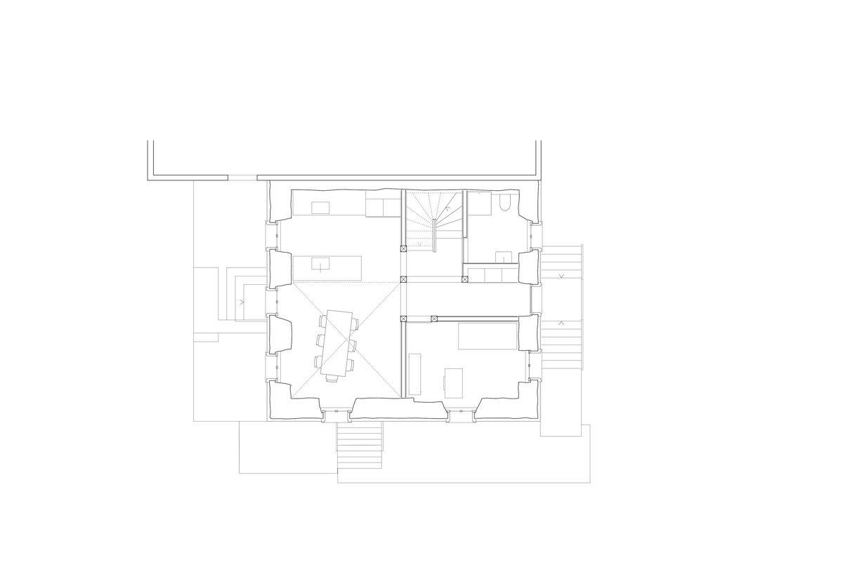 Das Erdgeschoss liegt im Hochparterre mit Küche und Wohnbereich samt vorgelagerter Terrasse.
