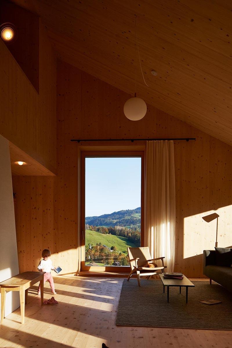 Vollholzbauweise mit modern-expressivem Innenraum