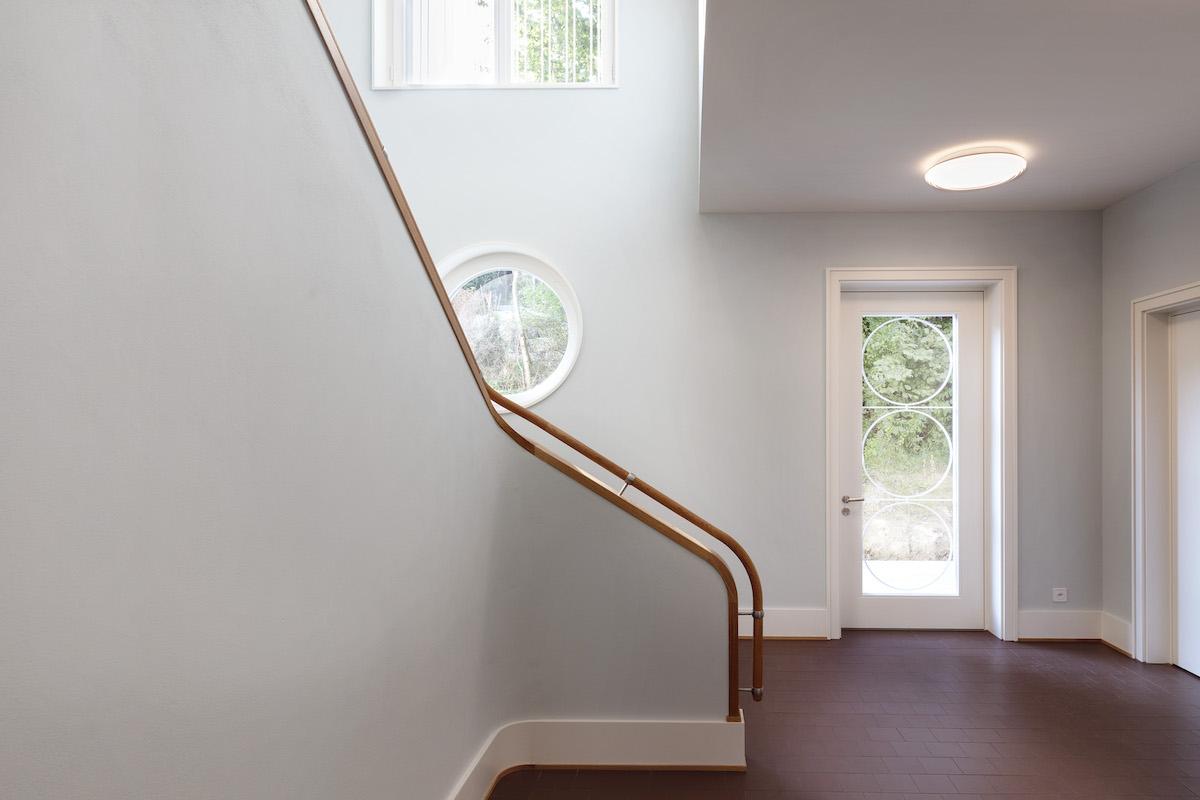 Luftig verbindet das Treppenhaus beide Etagen des Neubaus.