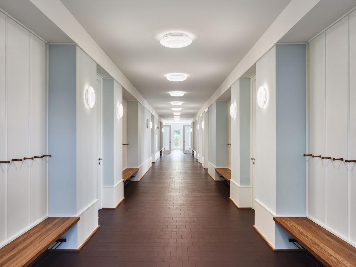 Der Flur im Erdgeschoss nimmt auch Sitznischen der Garderoben auf.