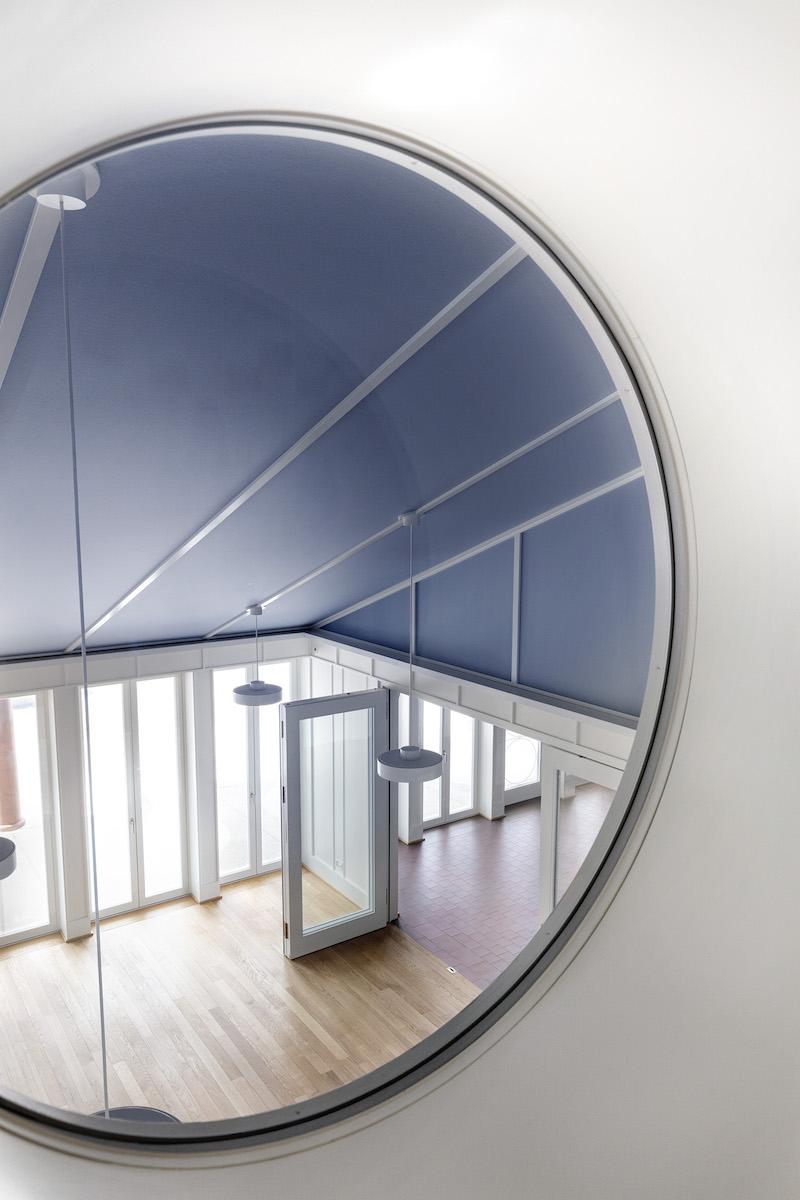 Rundfenster eröffnen Blicke aus dem Flur der oberen in die untere Etage.