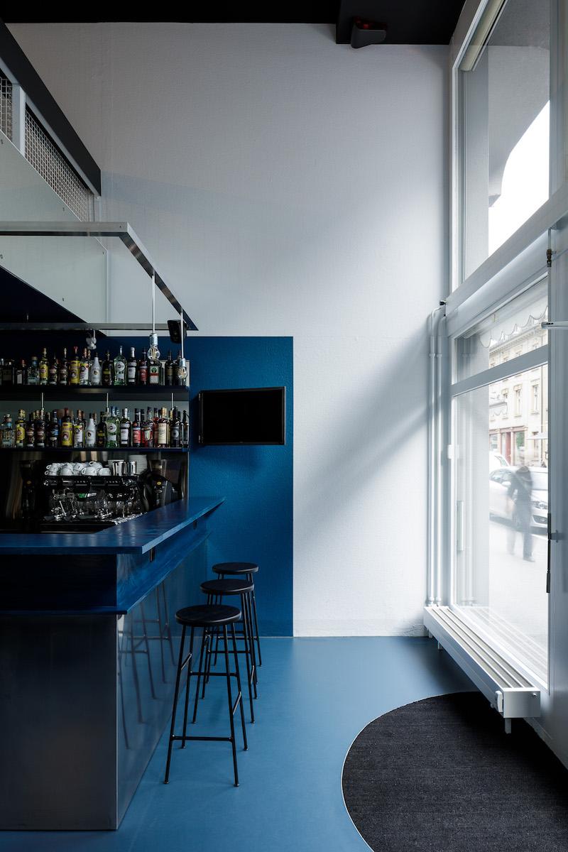 Zur Strasse ausgerichtet befinden sich am Kopfende der Bar die ersten Sitzplätze.