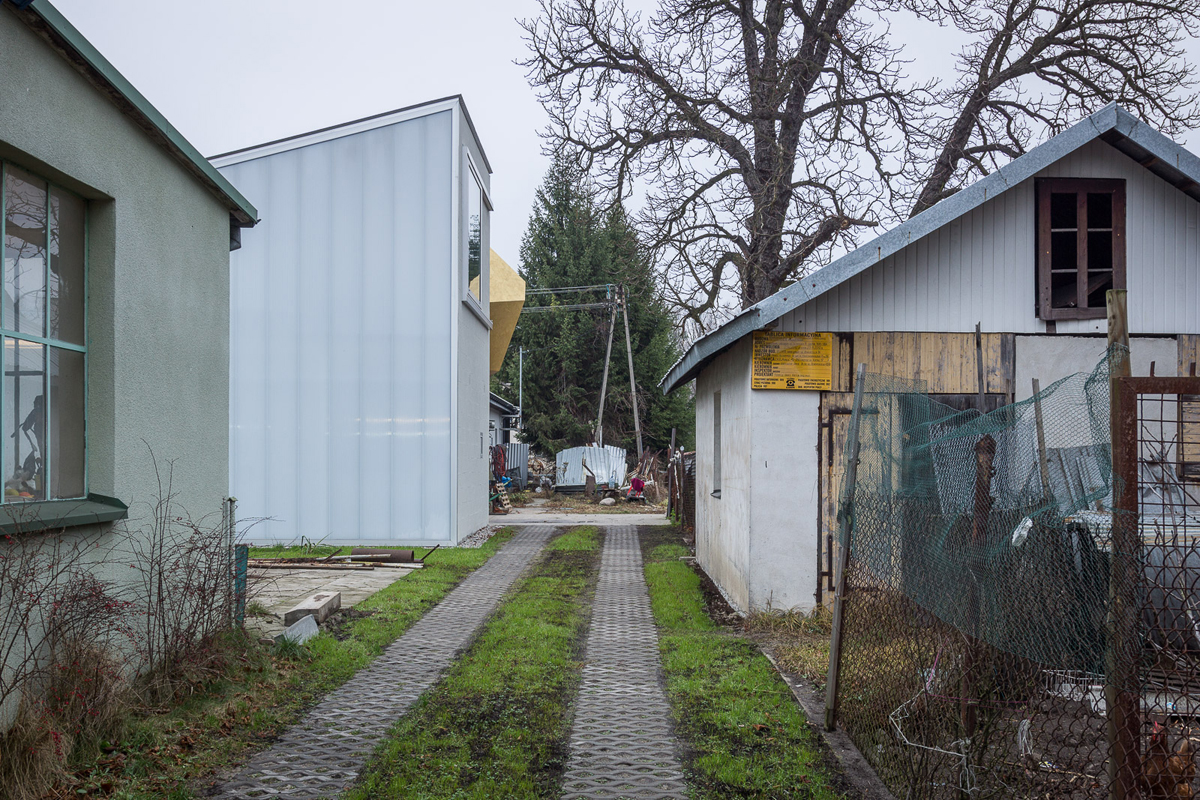 Nachbarschaft zwischen Werkstätten, Schuppen und Industrierelikten.