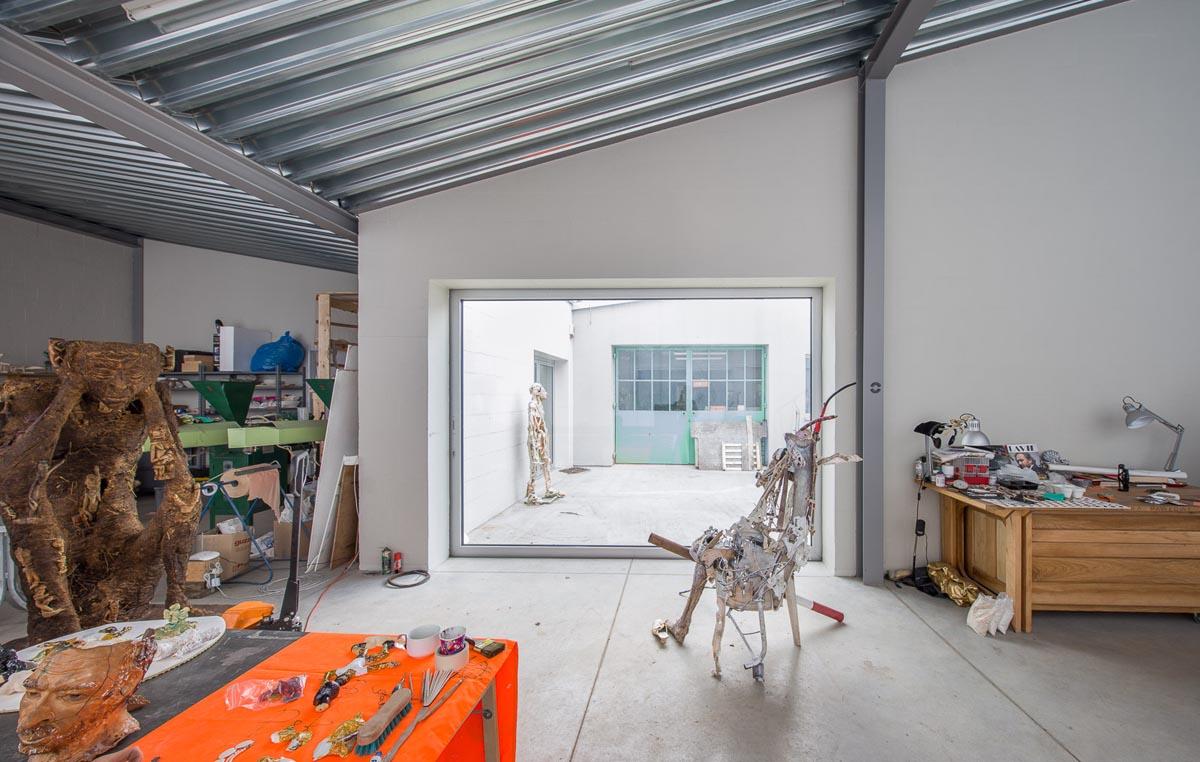 Eine grosse Schiebetüre erweitert das Atelier im Sommer
