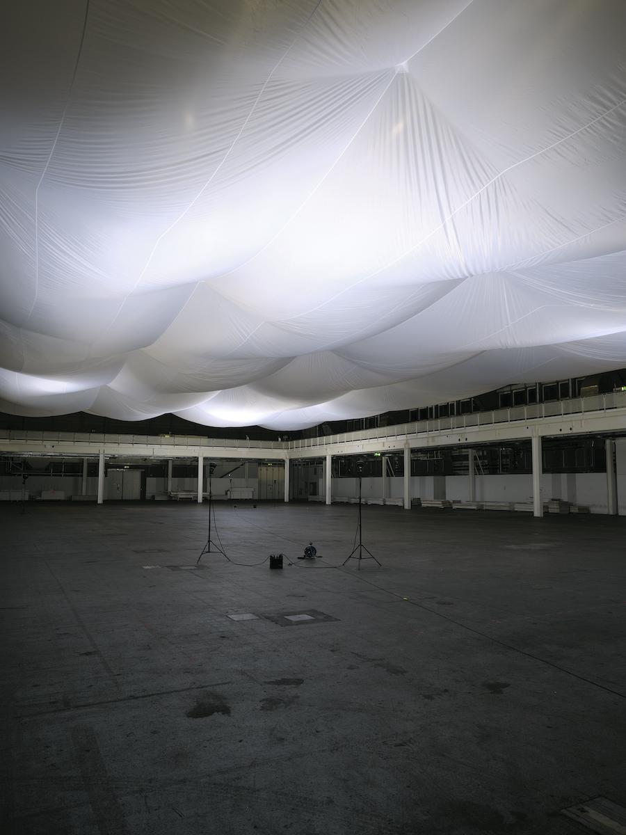 Die Installation Anthropomorphe Form in der leeren Halle. Bilder: BAK