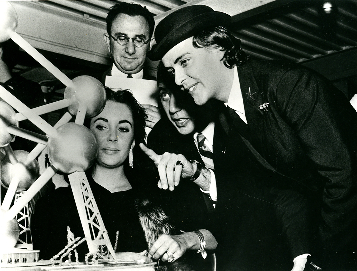 André Waterkeyn, André & Jean Polak The Atomium in Brussels, Belgium, ca 1958 Elisabeth Taylor with the model exhibited at Expo 58 © CIVA Collections, Brussels
