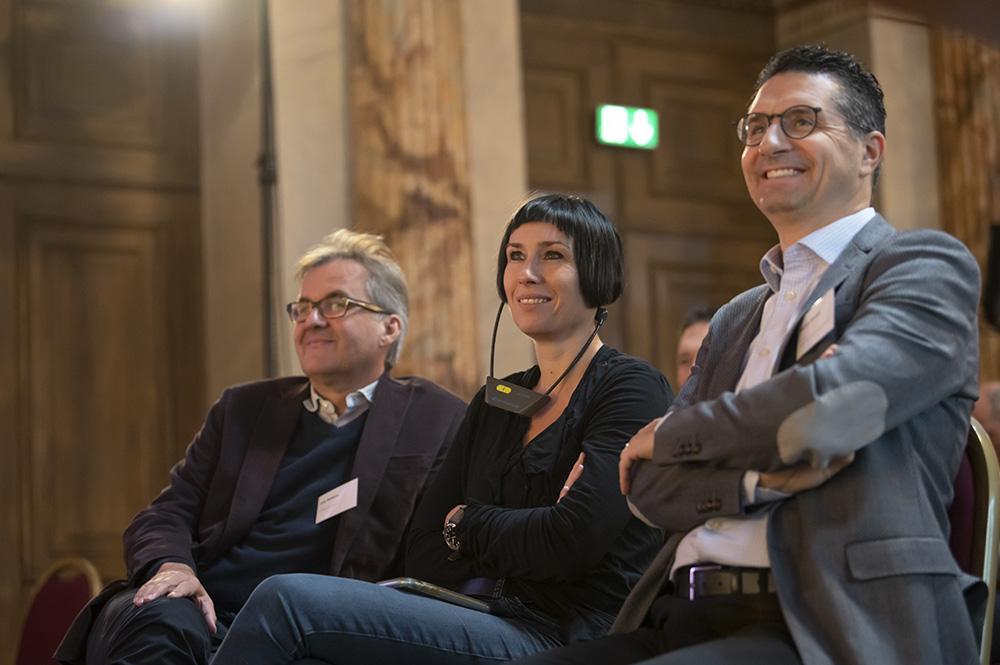 Eine Delegation aus dem Tessin folgt den Beiträgen auf dem Podium.