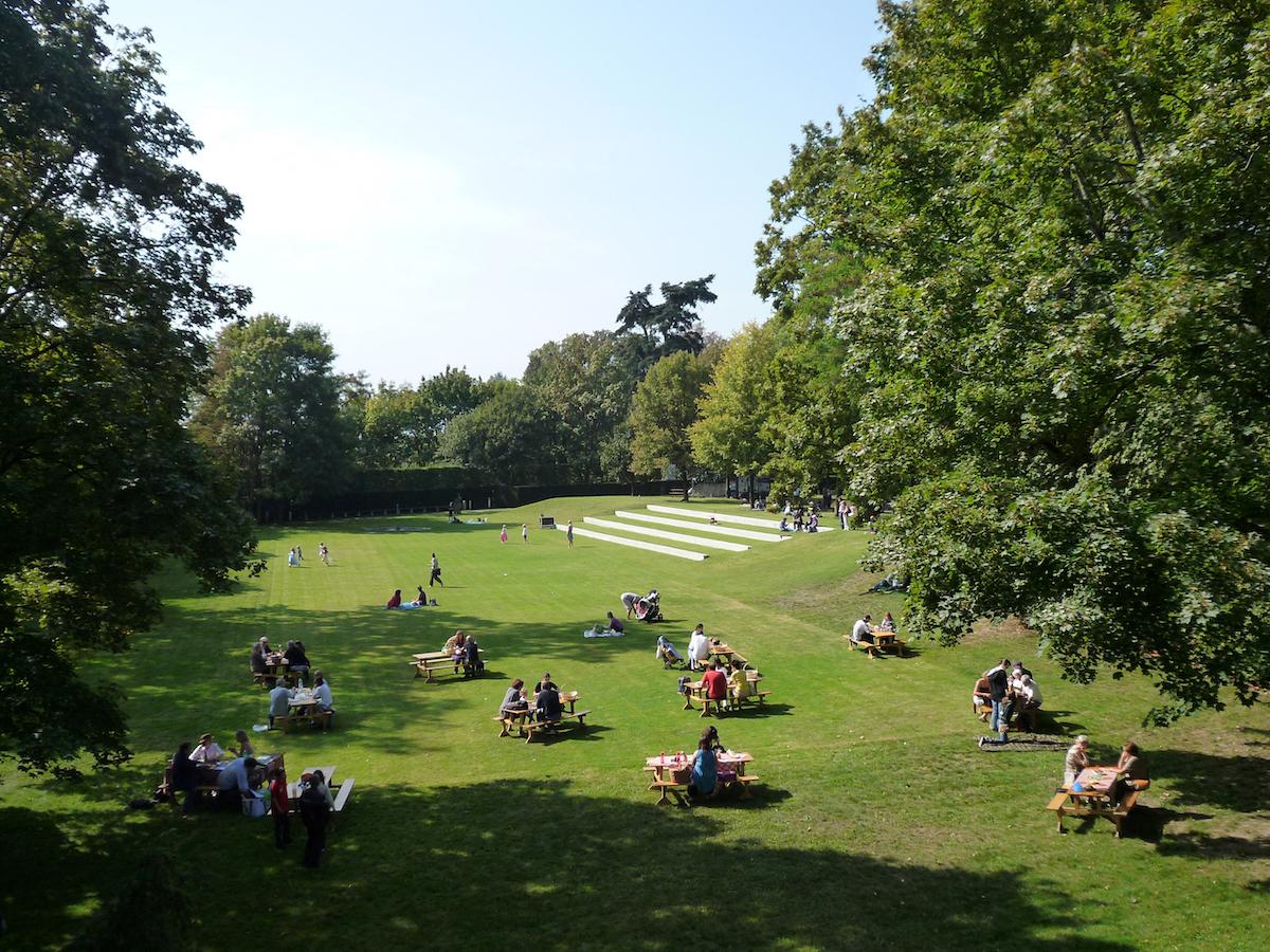 Südlich des Schlosses befindet sich ein Park, der sowohl die historische Anlage in Wert setzt als auch als regionaler Treffpunkt genutzt wird. (2008, Landschaftsarchitektur: Paysagestion).  Bild: Klaus Holzhausen