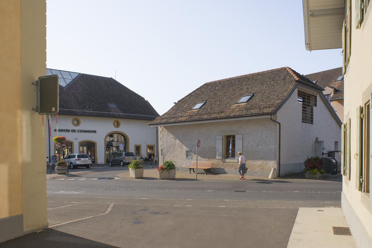 Öffentliche Nutzungen stärken den Dorfkern als gesellschaftlichen Treffpunkt. Im ehemaligen Bauernhof des Schlosses sind nun Gemeindeverwaltung, Polizei sowie ein Lebensmittelgeschäft und die Krippe untergebracht.  Bild: Pierre Marmy