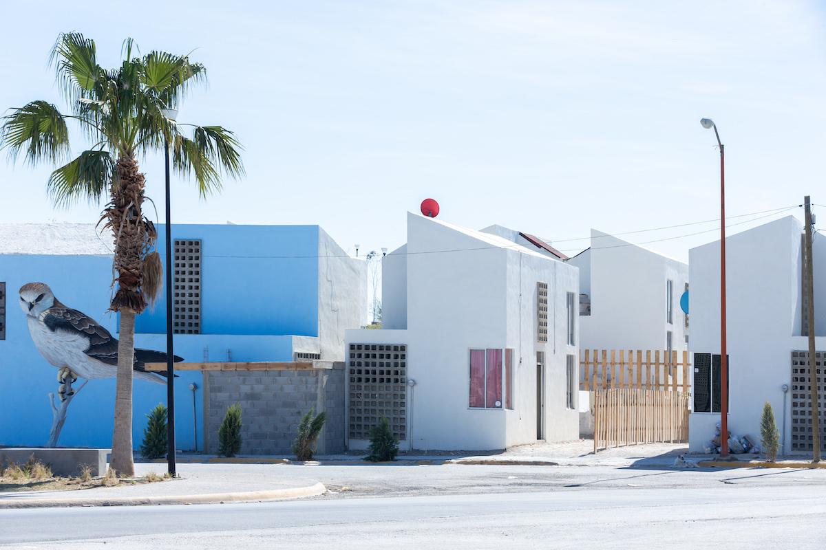 Sozialer Wohnbau – insgesamt 16 Wohneinheiten mit je 52 m2 und einem öffentlichen Raum mit 27.000 m2 – in Acuña, Mexiko, 2015 Foto: Iwan Baan