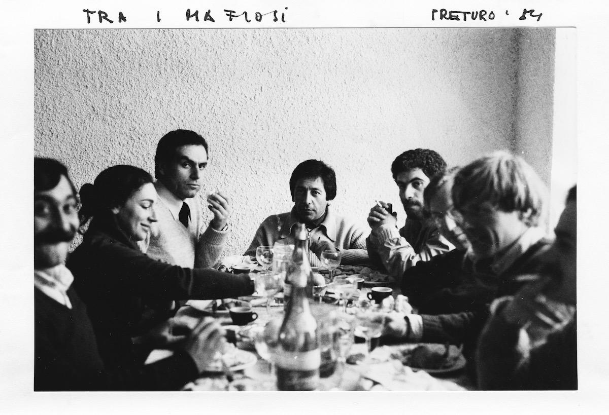 Typisch Flora Ruchat-Roncati – Nicht im Zentrum und trotzdem mitten im Geschehen, wie hier inmitten von Lokalpolitikern im italienischen Preturo (unweit von L'Aquila) in den Abruzzen zur Abklärungen für Projekte aus Spendengeldern nach dem Erdbeben 1980.